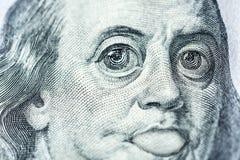 De grote ogen van Benjamin Franklin met honderd dollars factureren, een symbool van inflatie, appreciatie, devaluatie, close-up vector illustratie