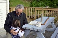 De grote Opa koestert zijn groot kleinkind royalty-vrije stock foto
