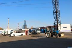 De grote open vrachtwagens van de sapvrachtwagen, tractoren, vrachtwagens, bussen, kranen bij een bedrijf, vervoerwinkel, bouwmat stock fotografie