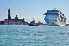 De grote pas van cruiseschepen door het centrum van Venetië stock afbeeldingen