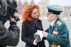 De grote Patriottische veteraan die van de Oorlog wordt geïnterviewdi Royalty-vrije Stock Afbeeldingen