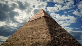 De Grote Piramide tegen Dramatische Hemel stock videobeelden