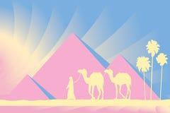 De Grote Piramides van Egypte met Kameelcaravan op zonsondergangachtergrond Royalty-vrije Stock Foto