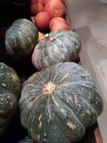 De grote pompoenen zijn zeer vers en klaar voor verkoop op de markt stock foto