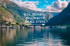 De grote reizen beginnen met de kleine citaten van het stappenleven royalty-vrije stock afbeelding