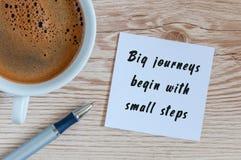 De grote reizen beginnen met kleine stappen, ochtendinspiratie met kop van smakelijke koffie royalty-vrije stock afbeeldingen
