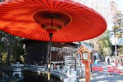 De grote rode paraplu wordt genoemd 'Nodategasa 'in Japan stock afbeelding