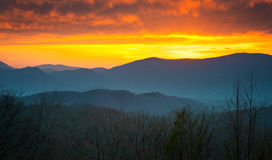 De grote Rokerige Zonsondergang van het Park van Bergen Nationale