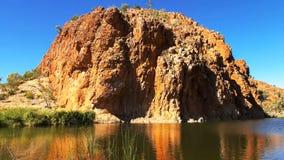 De grote rotsachtige dagzomende aardlaag bij de kloof van nauwe valleihelen in de West-Macdonnell Ranges stock afbeeldingen