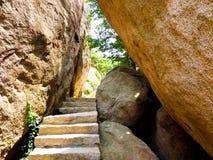 De grote rotsen van de Laoshanberg in Qingdao Stock Foto
