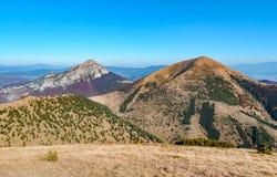De Grote Rozsutec-heuvel in de Vratna-vallei bij het nationale park Mala Fatra royalty-vrije stock afbeelding