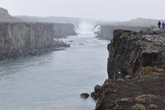 De grote Selfoss-Waterval dichtbij Dettifoss-Waterval in het noordoosten van IJsland stock foto's