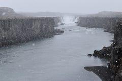 De grote Selfoss-Waterval dichtbij Dettifoss-Waterval in het noordoosten van IJsland stock afbeelding