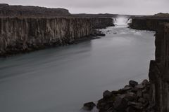 De grote Selfoss-Waterval dichtbij Dettifoss-Waterval in het noordoosten van IJsland stock foto