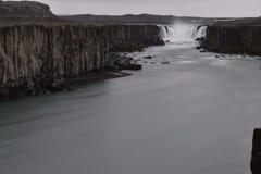 De grote Selfoss-Waterval dichtbij Dettifoss-Waterval in het noordoosten van IJsland stock afbeeldingen