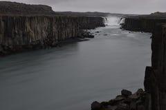 De grote Selfoss-Waterval dichtbij Dettifoss-Waterval in het noordoosten van IJsland royalty-vrije stock fotografie
