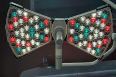 De grote shadowless lamp voor het onderzoeken heeft in verschillende kleurenwaaiers bezwaar van zichtbaar licht royalty-vrije stock foto
