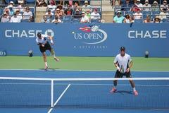 De grote Slagkampioenen Mike en Bob Bryan tijdens US Open 2014 ronde 3 dubbelen passen aan Stock Foto's