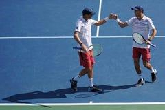 De grote Slagkampioenen Mike en Bob Bryan van Verenigde Staten in actie tijdens dubbelen van US Open 2017 de ronde 3 mensen ` s p Stock Afbeelding
