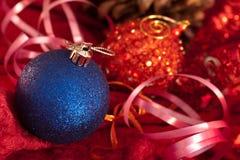De grote snuisterijen van Kerstmis op dark Stock Foto's