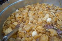 De grote soep van de vissenkrop, Thaise traditionele soep met bamboespruit, kropvissen in groot kookt bot royalty-vrije stock afbeeldingen