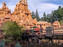 De grote Spoorweg van de Donderberg bij Disneyland Park stock fotografie