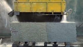 De grote steen van cirkelzaagbesnoeiingen stock videobeelden