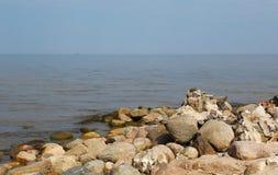De grote stenen die bij de kust in Letland leggen Stock Fotografie