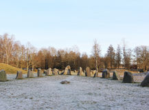 De grote stenen die zich op het sneeuwgebied bevinden in de winter Royalty-vrije Stock Afbeeldingen