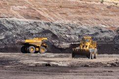 De grote stortplaatsvrachtwagen ontgint machines, of mijnbouwmateriaal aan trans stock fotografie
