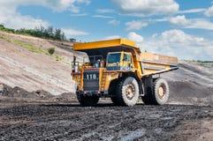 De grote stortplaatsvrachtwagen ontgint machines, of mijnbouwmateriaal aan trans royalty-vrije stock foto's