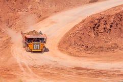 De grote stortplaatsvrachtwagen ontgint machines, of mijnbouwmateriaal aan trans stock foto's