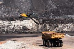 De grote stortplaatsvrachtwagen ontgint machines, of mijnbouwmateriaal aan trans royalty-vrije stock afbeeldingen