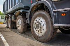 De grote stortplaatsvrachtwagens parkeren Royalty-vrije Stock Foto's