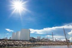 De grote tanks van de aardgasopslag Stock Foto's