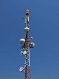 De grote toren van de Telecommunicatie met antennes stock afbeeldingen