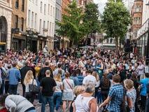 De grote uitvoerders van het menigtenhorloge bij Covent-Tuin, Londen royalty-vrije stock afbeelding