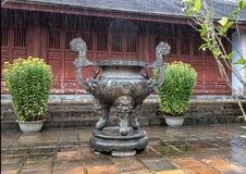 De grote urn van het de stokgebed van bronsjasso in de Pagode van Thien Mu in Tint, Vietnam stock foto