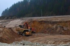 De grote vrachtwagen van de Mijnbouwstortplaats ontgint machines, of mijnbouwmateriaal om zand van dagbouw te vervoeren Graafwerk royalty-vrije stock afbeelding