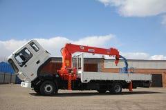 De grote vrachtwagenkraan die zich op een bouwwerf - Rusland, de Krim bevinden - kan 14, 2016 Stock Foto