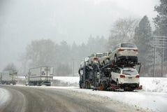 De grote vrachtwagens bestrijden een de winteronweer Stock Fotografie
