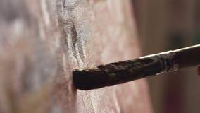 De grote vuile verfborstel beweegt zich op artistiek canvas verlatend dikke donkere slagen stock video