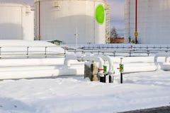 De grote witte industriële tanks van het ijzermetaal voor opslag van brandstof, benzine en diesel en pijpleiding met kleppen en f royalty-vrije stock foto