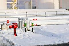 De grote witte industriële tanks van het ijzermetaal voor opslag van brandstof, benzine en diesel en pijpleiding met kleppen en f royalty-vrije stock afbeeldingen