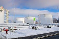 De grote witte industriële tanks van het ijzermetaal voor opslag van brandstof, benzine en diesel en pijpleiding met kleppen en f stock foto's