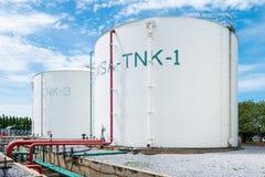 De grote witte industriële tanks voor petrochemische stof of olie of brandstof of water in raffinaderij of elektrische centrale o stock foto