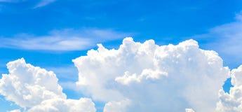 De grote witte wolk en de blauwe hemel Royalty-vrije Stock Afbeelding