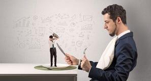De grote zakenman die kleine werknemer eten met doodled grafiekenconcept stock afbeelding