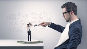 De grote zakenman die kleine werknemer eten met doodled grafiekenconcept vector illustratie