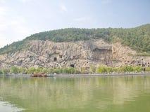 De Grotten van Luoyanglongmen gebroken Boedha en de de steenholen en beeldhouwwerken in de Longmen-Grotten in Luoyang, China Binn stock foto